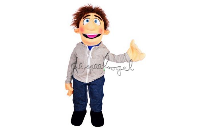 W759 Jongen met grijze shirt, 65cm